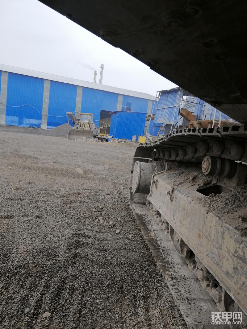 下雨,我躲在挖机下面