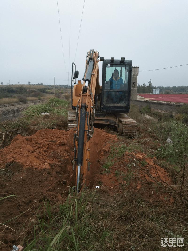 首先挖坑技巧,钩机占位,要想挖好坑要知道电线走向,多长电杆挖多深。今天这个是12米电杆。这跟杆坑深越2米半左右。