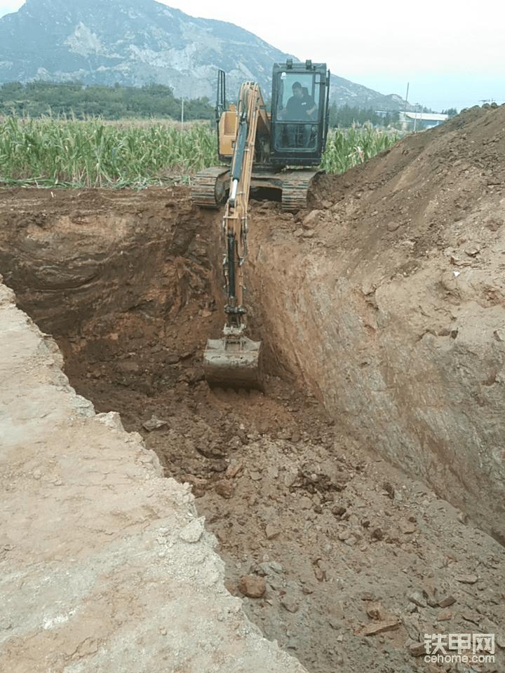 这是学习挖坑,学习(钩机占位,刷边,刷角,坑底找平)