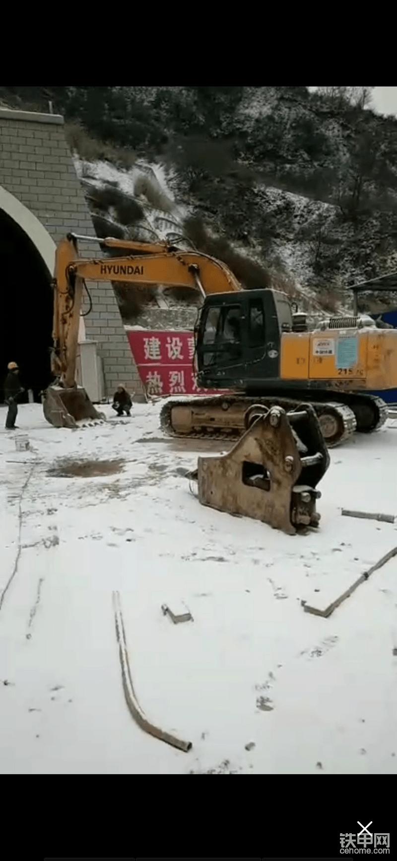 叫工人帮忙准备换锤中。