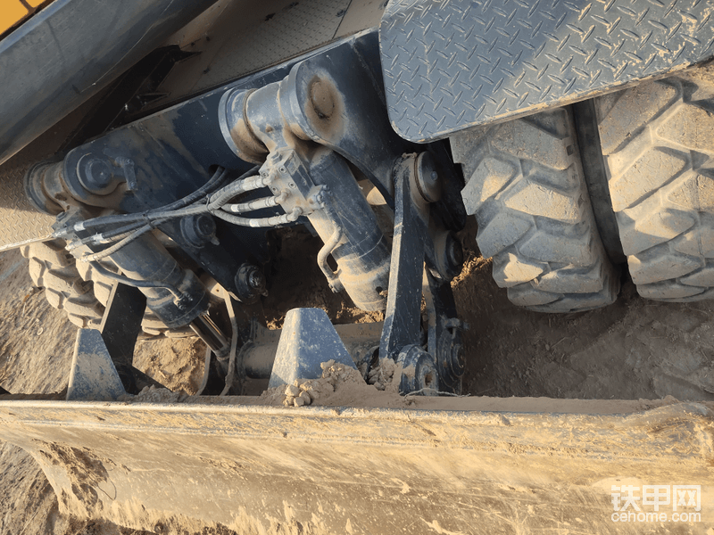 后方的推土铲,采用双液压油缸支撑,挖机自重20吨这样设计干活更稳定。但是没有油缸挡板,现代60,150都有。不知道设计师怎么想的,没有挡板很容易伤油缸。