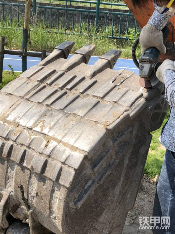 翘石头太用力 斗根断了两个   老爸亲自动手  没有氧焊   只用了切割机  切掉 磨平  焊上  至今没脱焊   老爸技术刚刚的