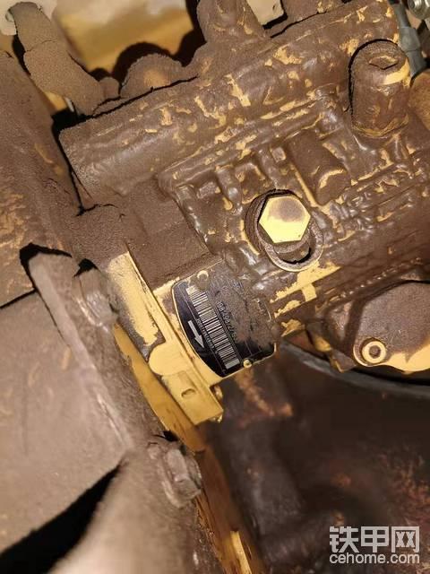 卡特320D2直喷六缸 柴油油泵 漏油是什么情况 请教