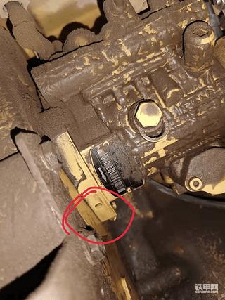 卡特320D2油泵上的洞眼 在机子不工作时滴柴油 机子正