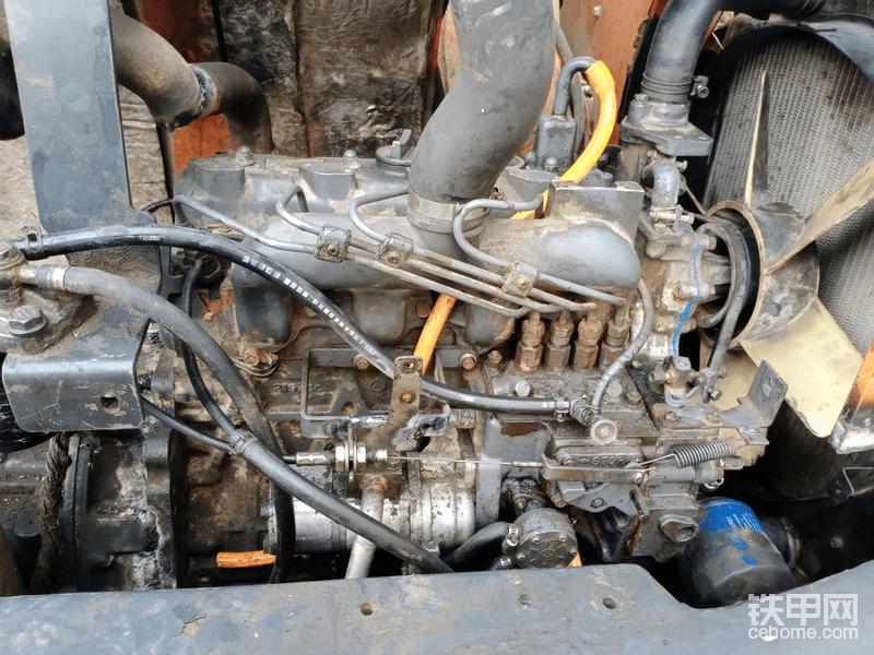 这个发动机那个白色的是个液压油笨我把他拆掉用角磨机把联动轴销磨掉了,要不然发动机跟着转没有液压油,油泵就坏了,油泵上在上面主要是不叫他漏油的