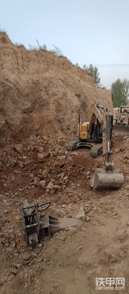 很多人不能理解为什么一台三一75的挖机带一个土方斗去干硬矿?为什么矿老板还能认可?  原因无它:这台挖机设备 + 设备前端属具 + 我的经验技术。  能给施工方利益最大化。
