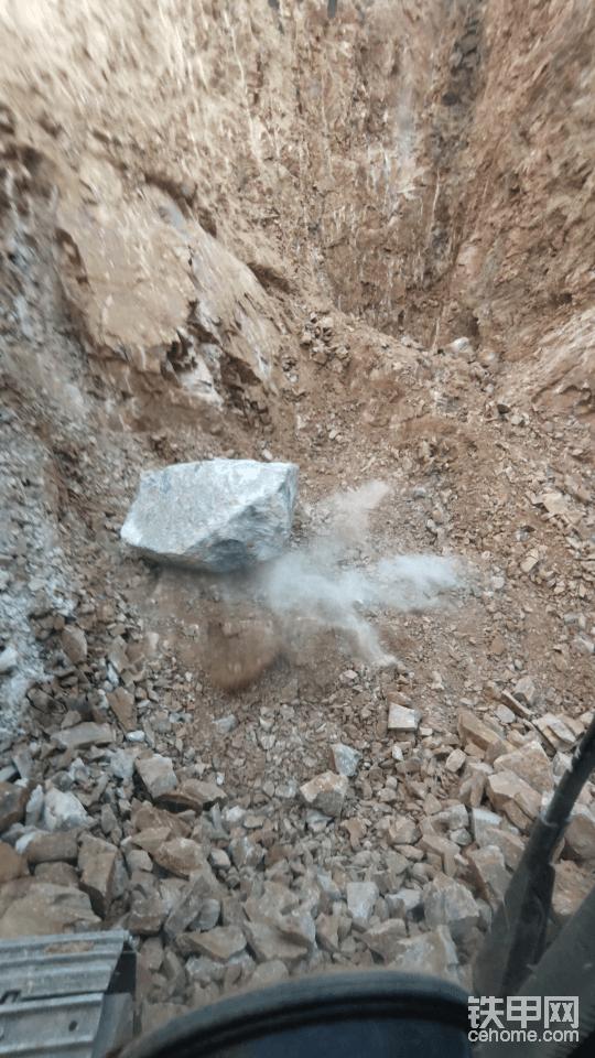 挖来挖去挖不下的时候。也可以用大石块砸一下地上挖不动的石块。有时候这样震一下会好挖一些,这块儿石头是从别处专门带过来的。