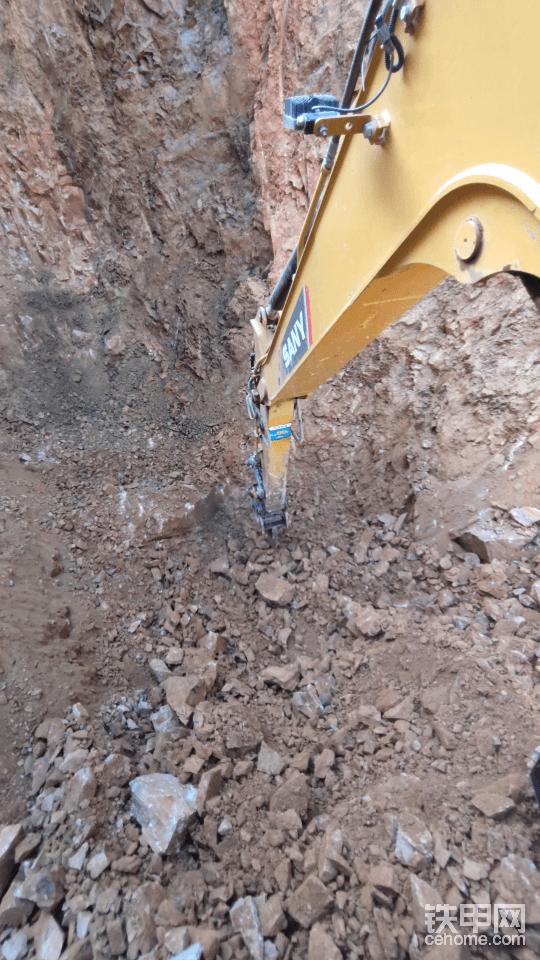 单勾挖这种工况就是爽。第一感觉就是挖机增加了五倍的动力。