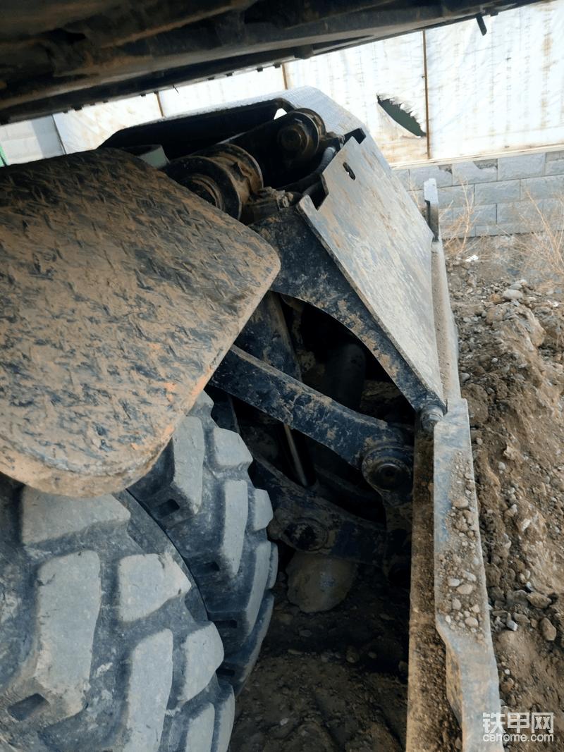 150推土板带有油缸挡板,这个设计十分有必要,能有效保护油缸在工作中被磕碰。因为轮挖干活时一般都把推土板放在后面,转向轮放在前面,前面是指挖机退的方向,一是好打方向,二是推土板支撑稳当。