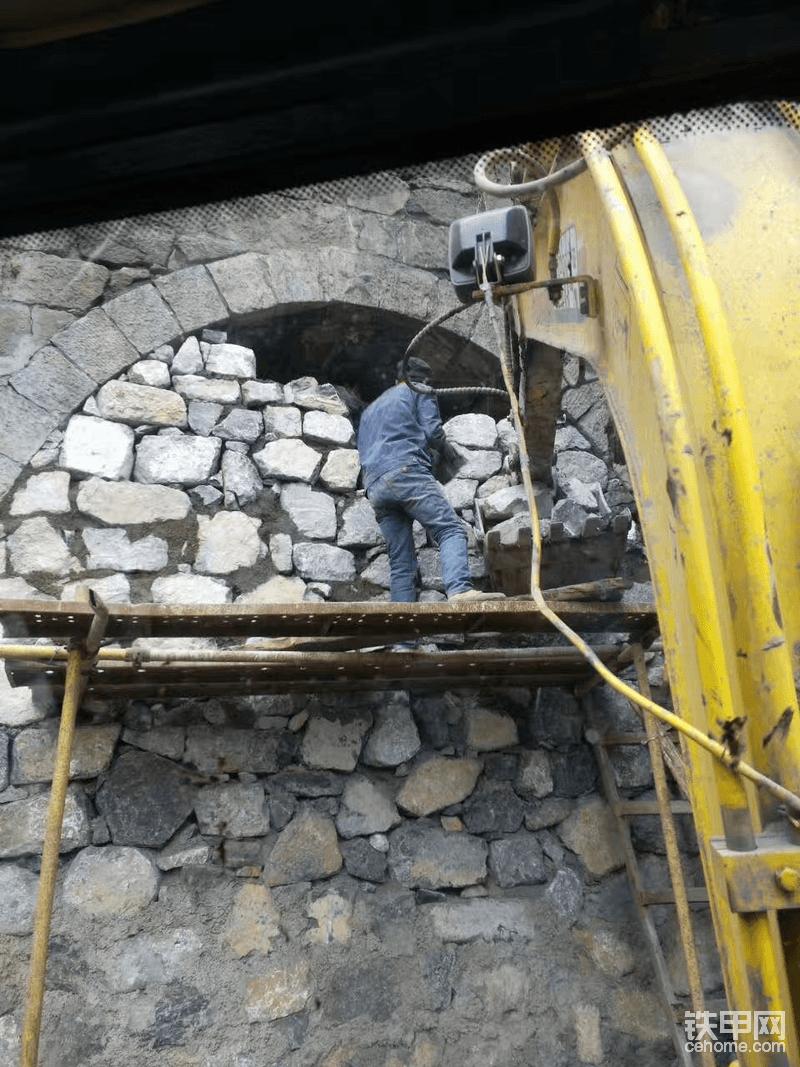 没有铲车,挖机上。(有没有感觉我好厉害)都是我开挖机弄上去的,只是最后顶上封面不好搞,只能人工了。