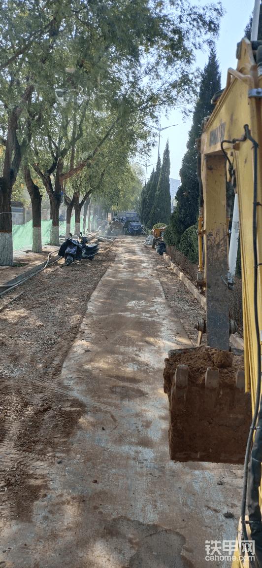 这是今天给本地市政雨污水改造回填管沟,用的三轮倒土。一步一步的填还得打夯,这是挖机过去回填捎一铲子土过去。