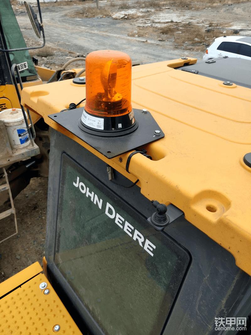 驾驶室顶标固定配警示灯,个人感觉应该弄成吸顶可移动的,避免过有些地方直接刮了。