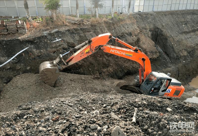 坑里有地下水渗出,再加上旁边河道有水,所以戈壁料比较稀,坡道陡,翻斗车开不下来,所以需要挖机多甩一次料,再装车。