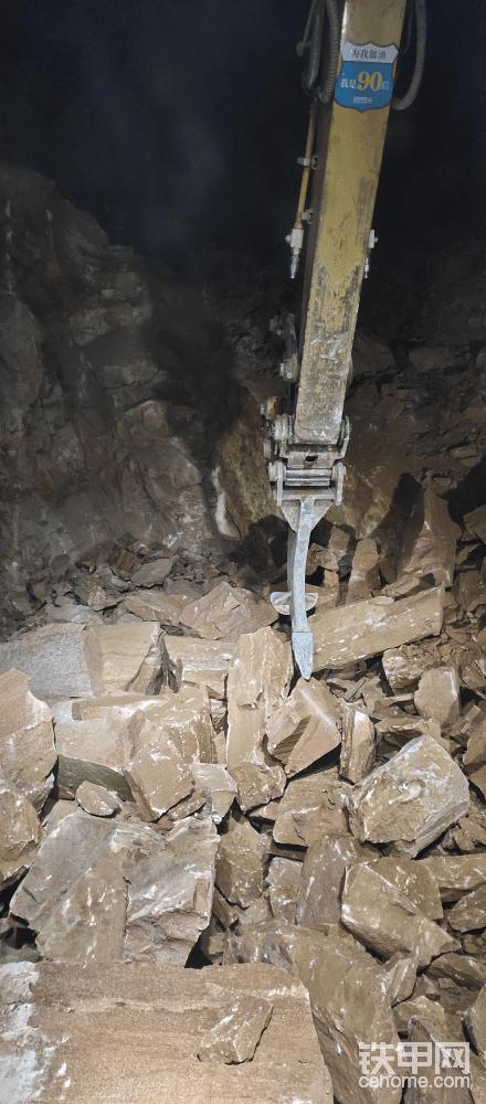 着重介绍一下单勾,看到单勾的第一眼,大家都会认为 这是大挖上所带的属具。 其实并不是这个样子的。小挖机也可以带,而且效果还特别好。 单勾是介于破碎锤与挖斗之间的一个功能性属具。 它比挖斗的挖掘力大,比破碎锤的效益高(那种不软不硬的工况)。 有了对工况针对性的属具,能让我们的挖机体现出它最高的价值。