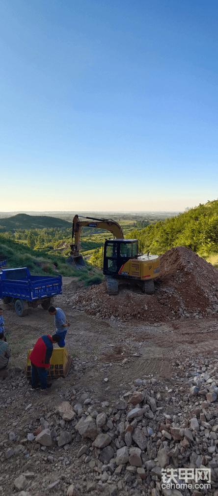 这个工况。是需要把挖掘机下面的石块与渣土分离。小矿石块与渣土分离,只要矿石。