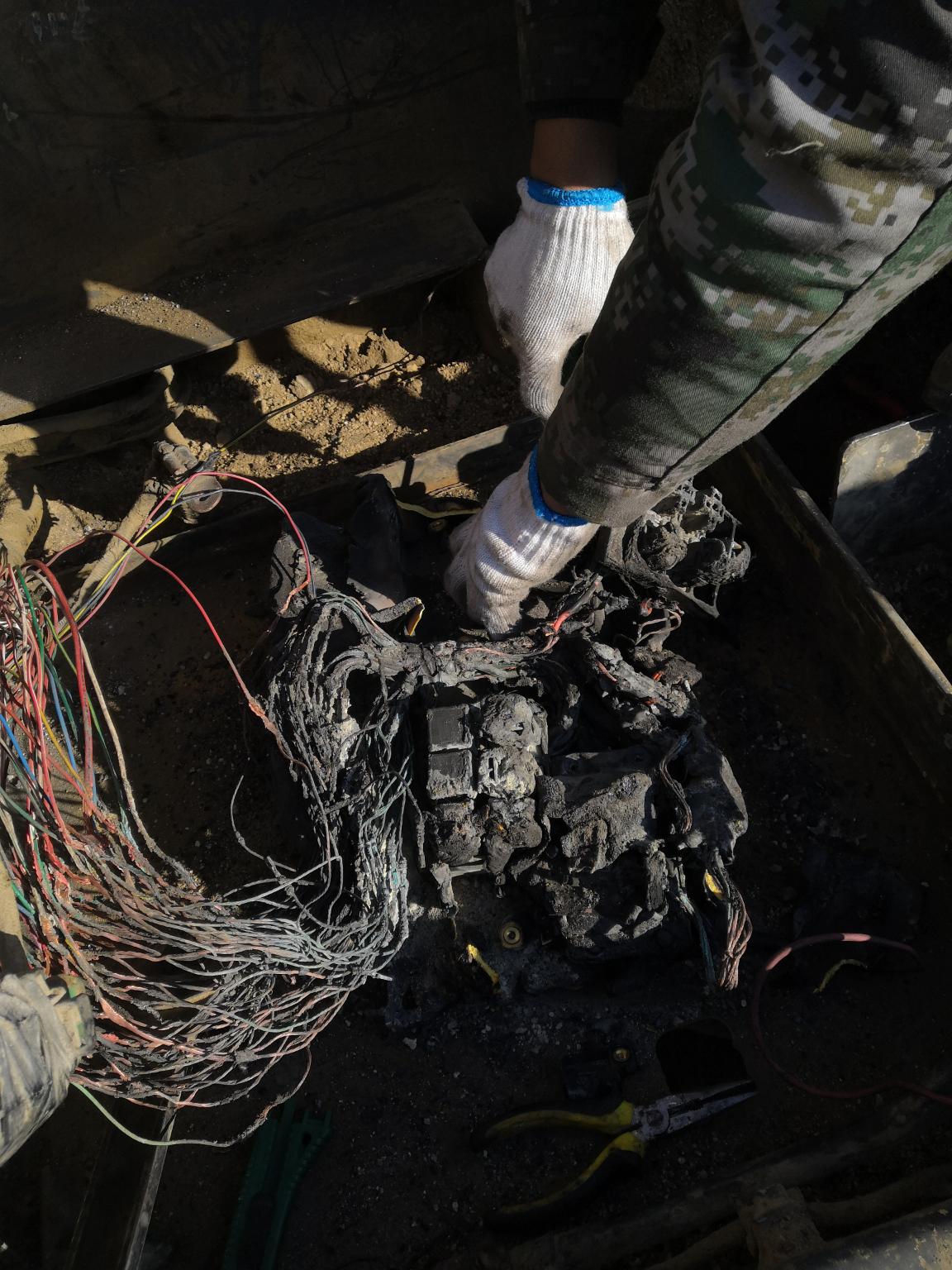 沃尔沃290B的继电器盒附近线路起火