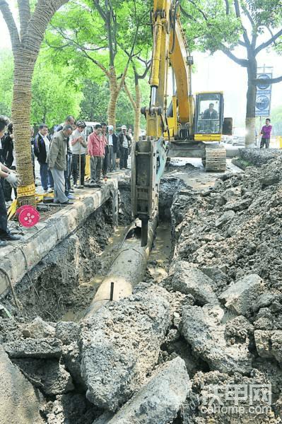 挖掘机挖断下水管道