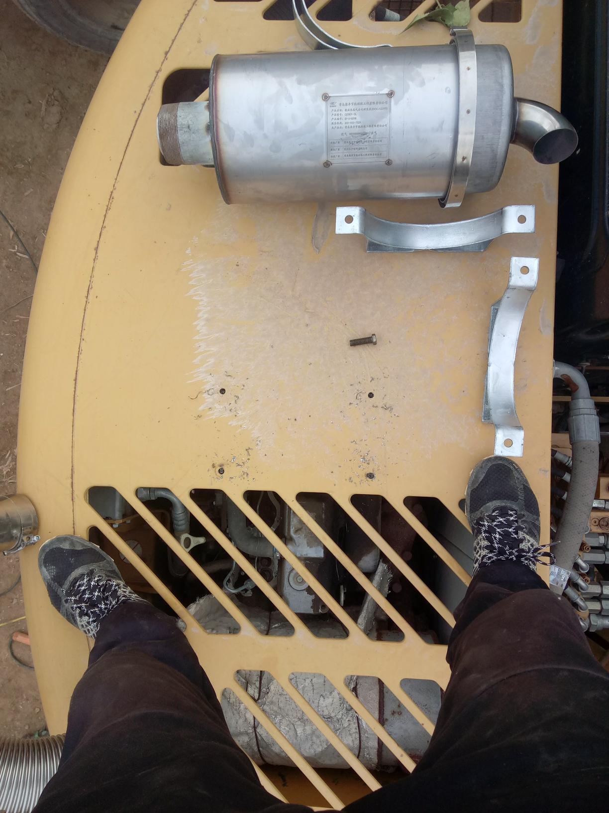 为了这么个铁桶桶,爱车上打了四个洞