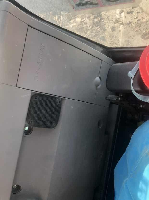 日立挖机驾驶室座椅后面的盖子怎么拆