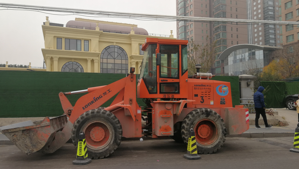 北京街拍到红色 龙工