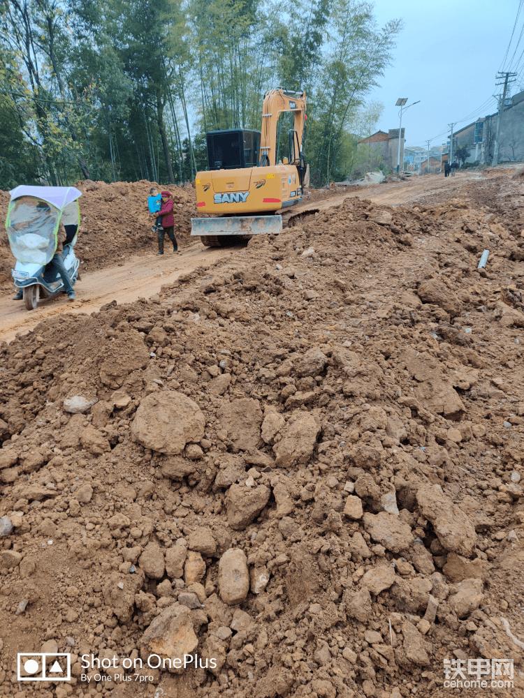 今天依然是做着修路调平的活,由于前几天下了几天雨之前调好的路基也被过路的车压废了,全都是坑坑洼洼浮土烂泥,没办法只能挖掉烂泥浮土重新倒料调平