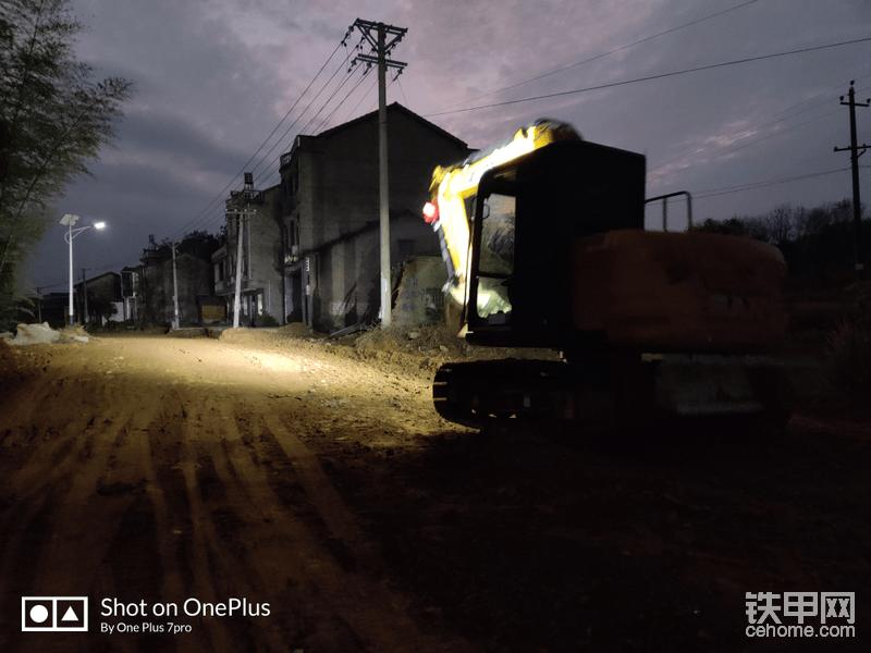 原厂配的4个lde灯还是非常亮的,铺路效果都快赶上汽车的效果了,照射距离也很远,夜间干活视野好,赞👍🏻