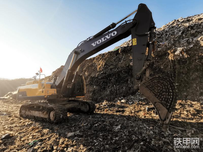 关于这个工地老板,他2002年入行,一直在土石方领域,积累了不少的人脉,如今他拥有大大小小的挖机9台,沃尔沃挖机4台,近几年才开始选择沃尔沃挖机,选择的最初原因也是看中沃尔沃挖机的节油性。