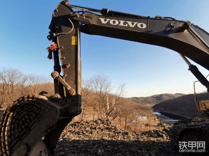 新挖机就被拉到垃圾山施工,面对这样的询问,机主说,我们干工程的不能挑肥拣瘦,再糟糕的工况也得有挖机干活,不管你的挖机是不是新的。