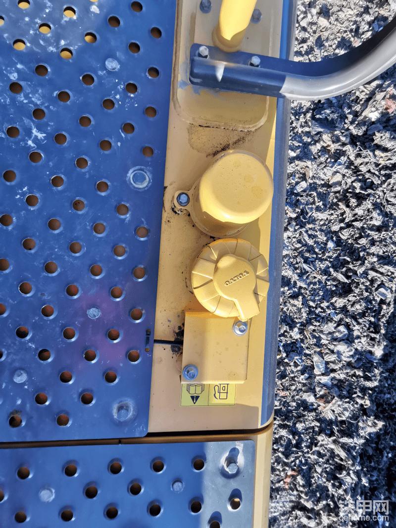沃尔沃采用钢板镂空方式,达到防滑保护操作手的设计,非常人性化,其他品牌都是贴的防滑贴