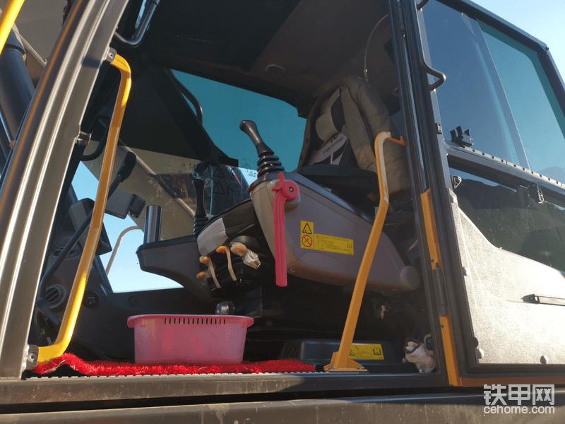 驾驶室是防翻滚的,密闭性一定程度上让赵师傅免受垃圾产生的有害气体的危害。