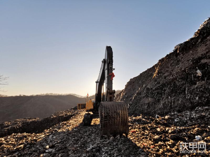 我们来看看这台挖机吧!由于是机主兼工地老板,这里不按台班算钱,司机也是拿固定的工资,从业19年的赵师傅,以前干过矿山,最近几年才下矿山,干土石方和建筑工程。