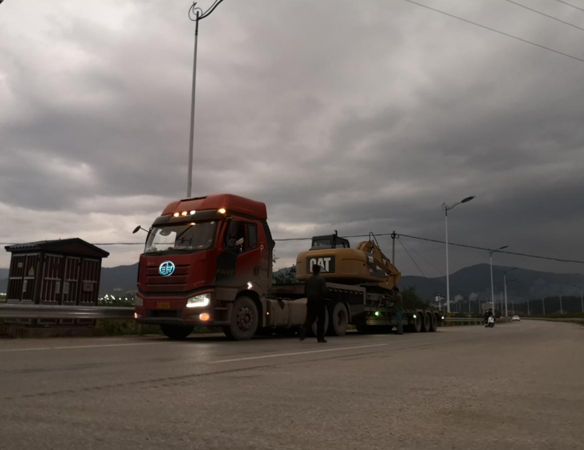 新挖机征战云南边境坡改地 攻坚少数民族扶贫任务