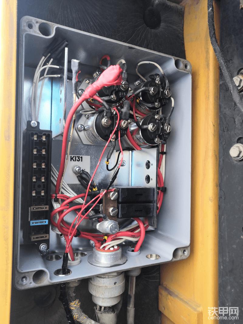 接线的地方就是k288电源继电器。控制器盒的位置在蓄电池的左上侧。