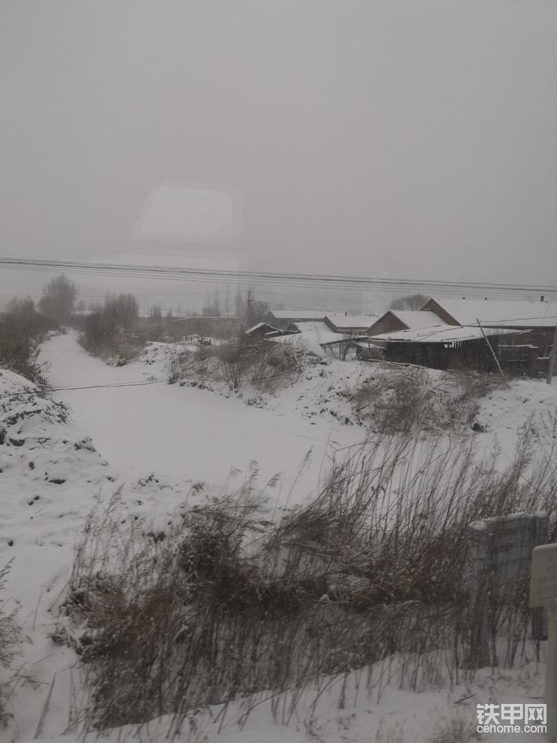 黑龙江的冬天,室外气温在零下20度左右。修车不是一个简单的事情。