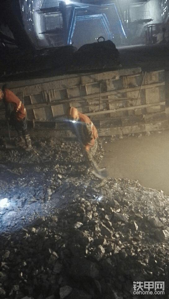 深仰拱,工人在清理浮渣