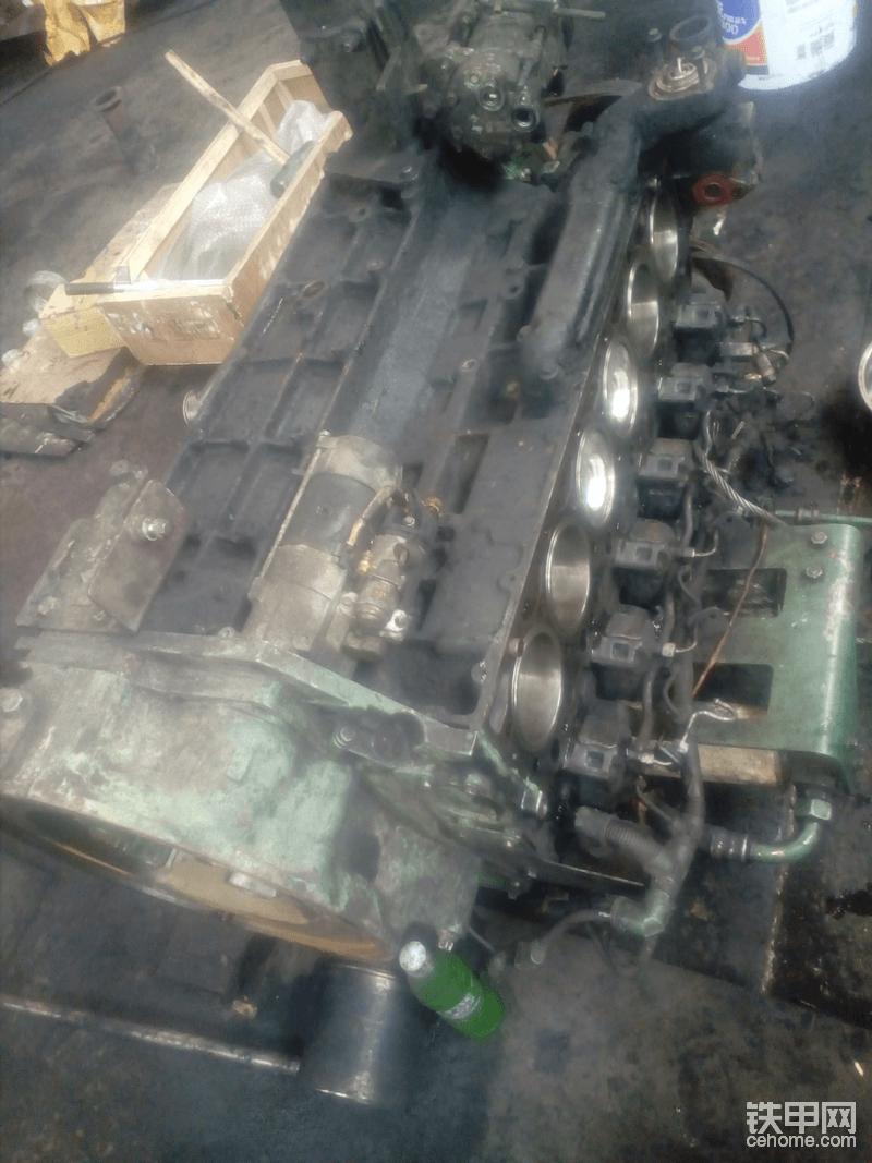 这台发动机侧放在地上,更换了四配套。