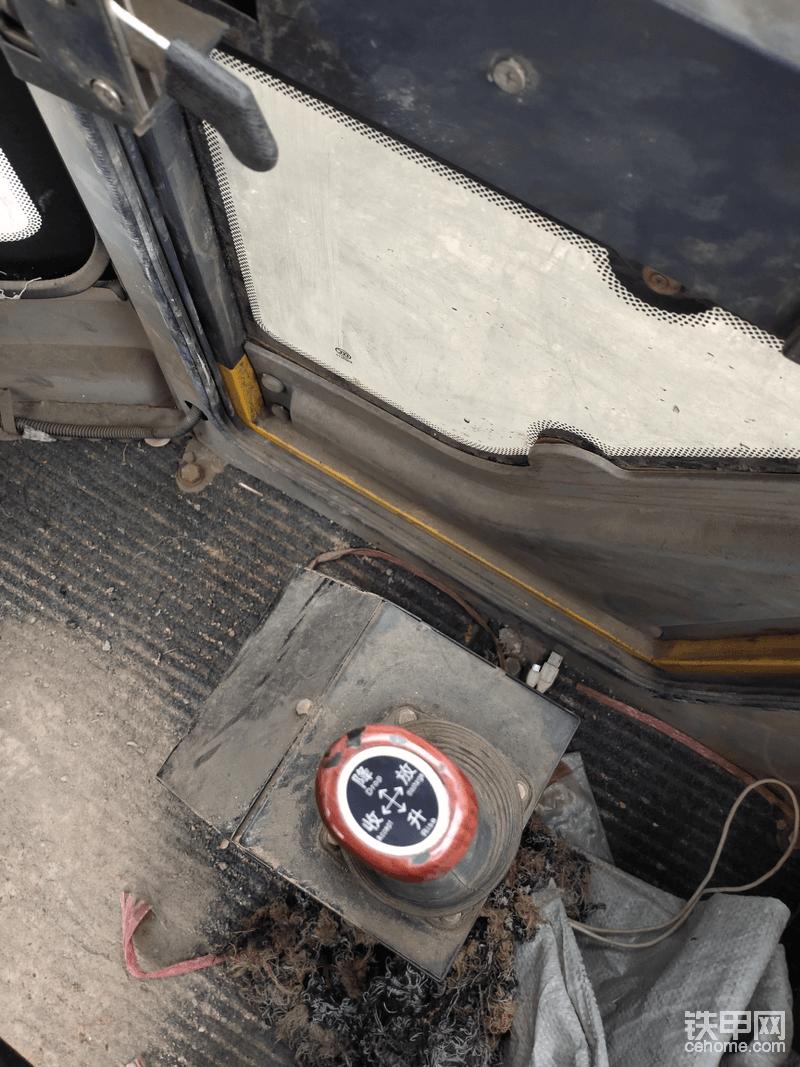 驾驶室的操纵杆还是全液压的,看看这就是差距啊!
