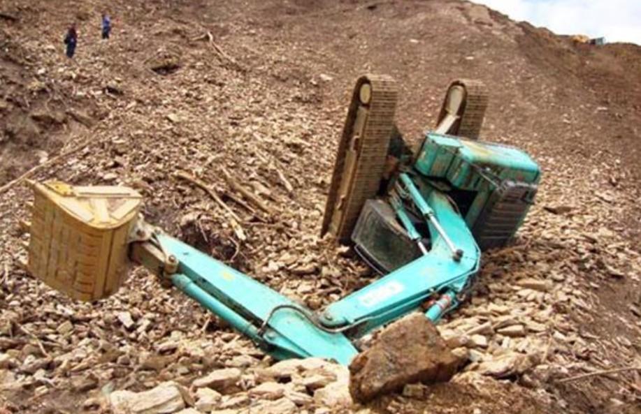 开挖机那么危险为什么还有人去做?工友高呼:还不是因为穷