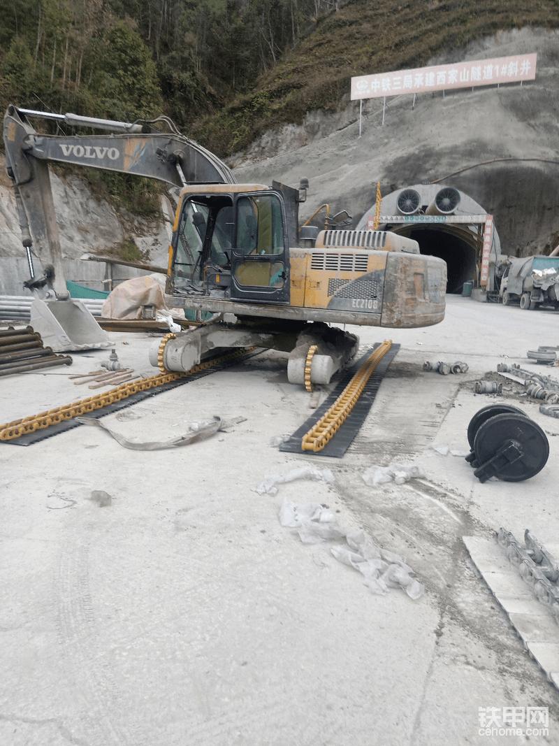 移动挖机使一侧先装