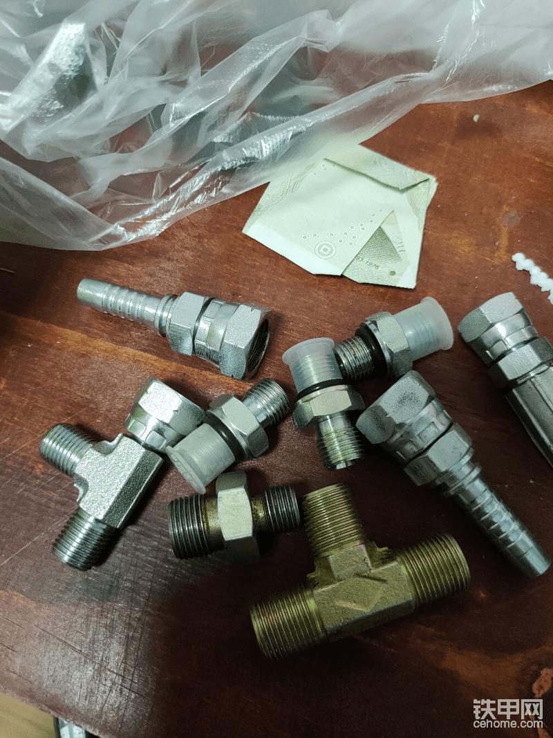 """各种管头已经找好了,就差个开关了,一开始啤管的老板叫我找个水管的开关<img class=""""smiley"""" src=""""/img/smiley/new/tiejia3.gif"""">,后来想了想水管的开关难以焊接,终于被我想到了用炮管的截止阀当开关,不过那些接头还是要烧焊焊接,还好自己有电焊机,"""
