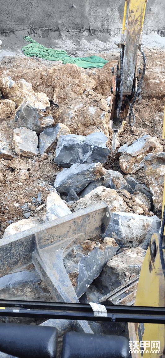 破碎石头,工地也不着急,来破碎这么大的石头.