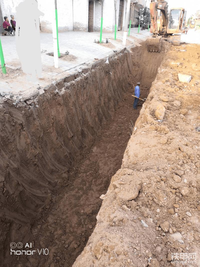 管道开挖,3000一天9小时,4米深小挖挖不到,大挖转不开