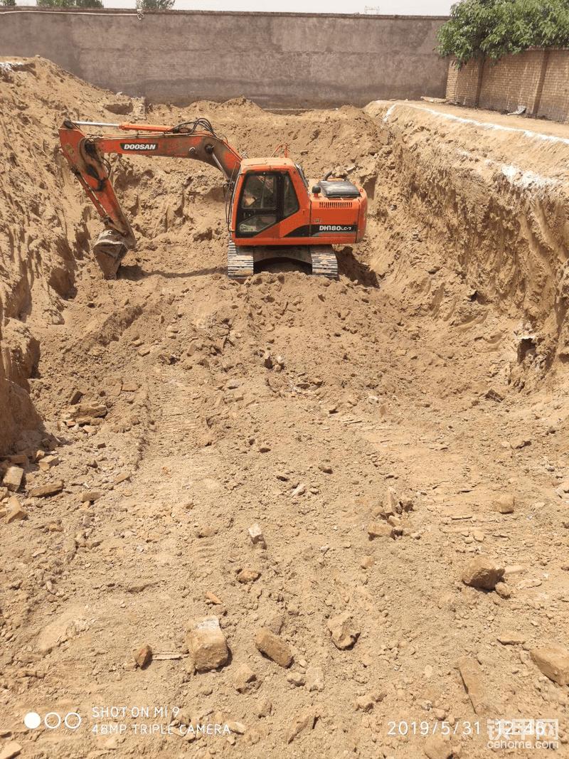 加油站油罐坑,3500一天时间干完,大挖转不开,小挖把土扔不上来