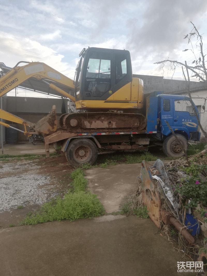 如果这挖机带推土铲这车可能就不够长了。