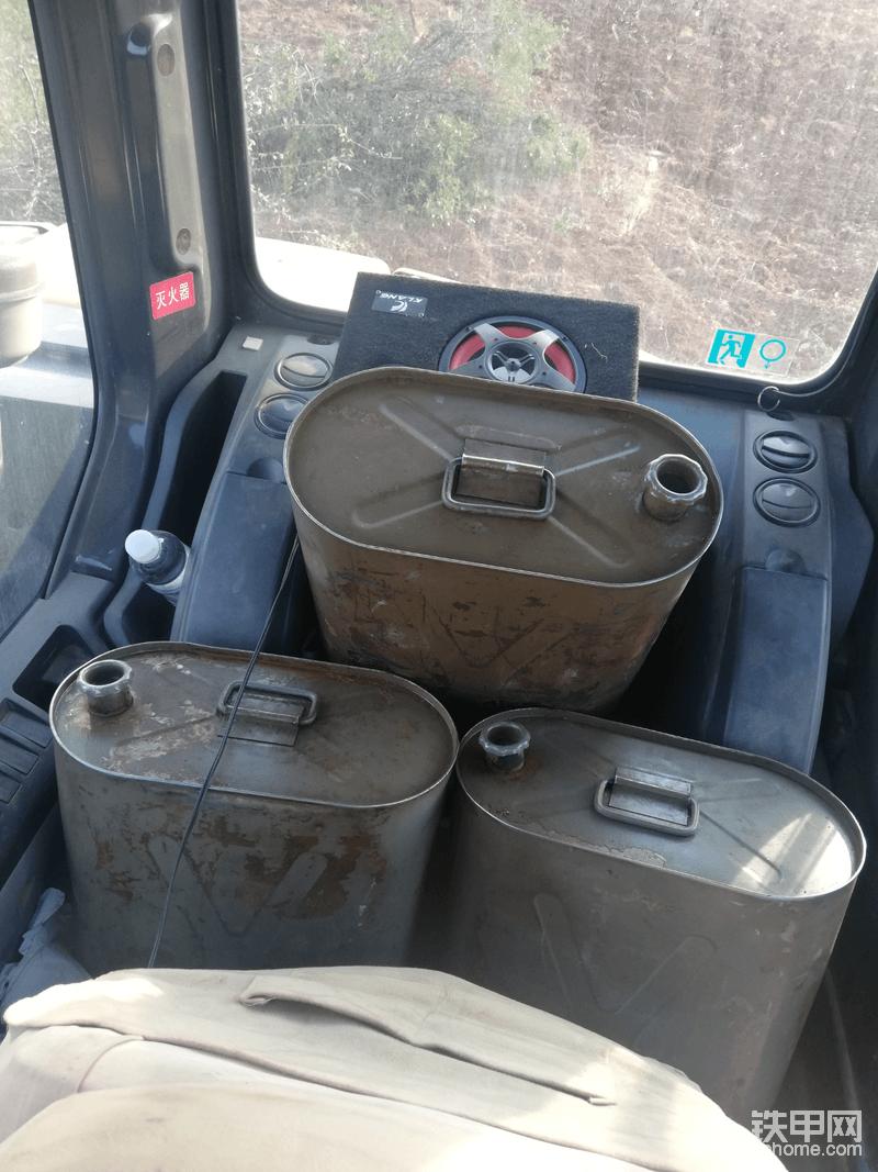 驾驶室大空间,这真的是国产机没得比的一个小挖机配这么大的驾驶室,不要和我说你的驾驶室后面能坐人你先把这三桶油放下再说。
