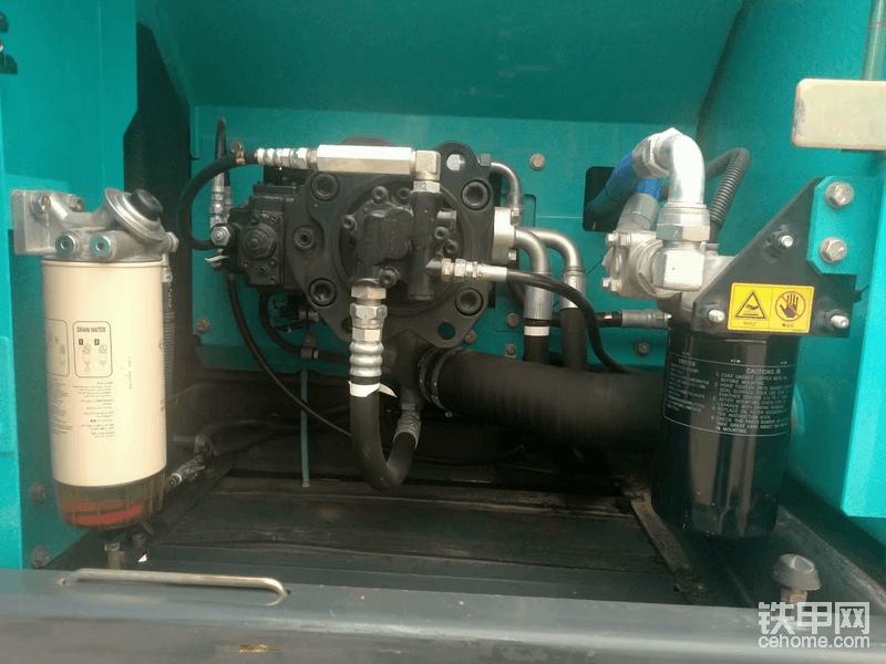 液压泵螺丝没有明显的扭痕,且每个螺丝新旧程度一致