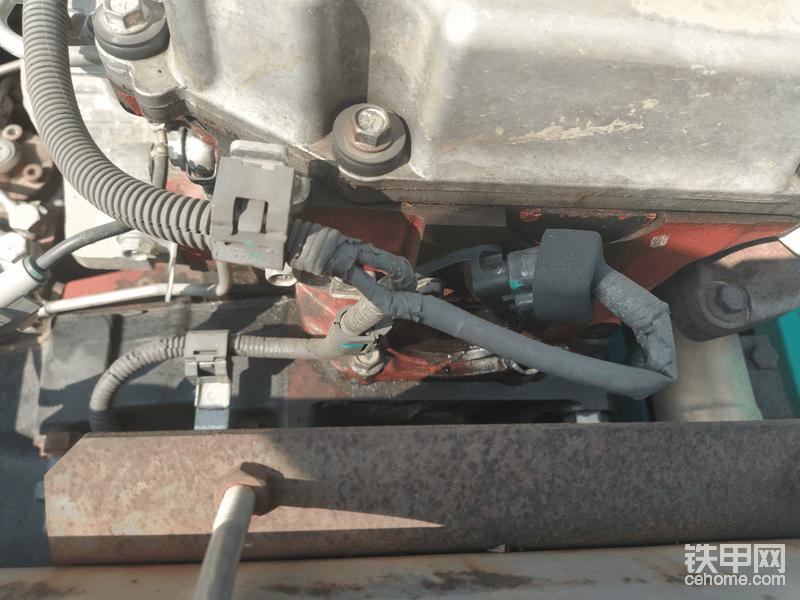 发动机上面可以看到明显漏油,且部分螺丝有动过