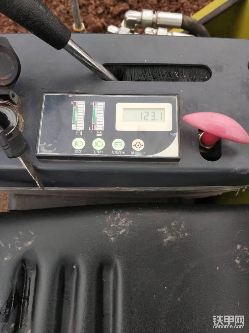 这是做首保时候的小时数,本来50小时的时候就准备做保养的,但是由于赶时间就等活干完再做,所以就拖到了现在。仪表很简陋,红色的装置是熄火拉线。