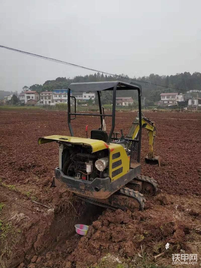 把挖机开到沟上站好,一定要站好,安全第一。