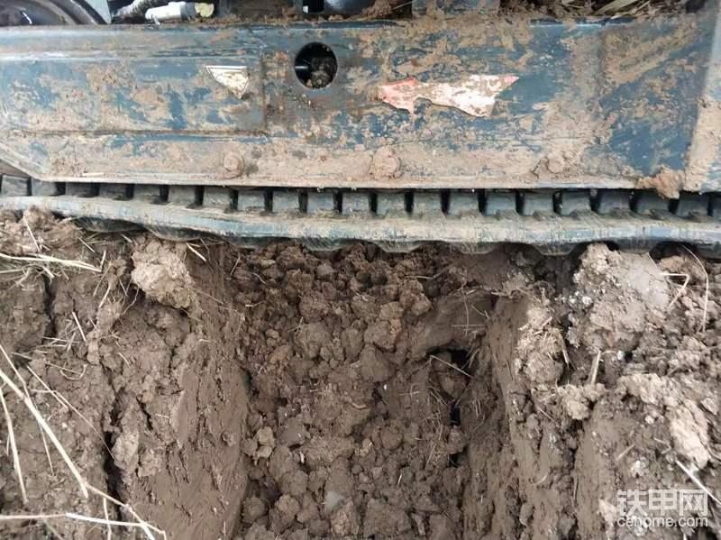 由于挖机小,底盘空间有限,先挖条沟,方便放油。